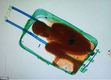 طفل عمره 8 سنوات داخل حقيبة سفر