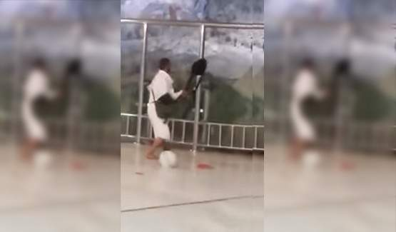 بالفيديو..معتمر يحطم السور الزجاجي بمسعى الحرم لدخول جبل الصفا
