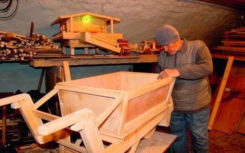 جنوبي يعيد حرفة الجرارات الزراعية الخشبية