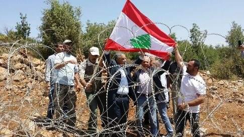 بالصور: أهالي شبعا وكفرشوبا يقتحمون السياج عند جبل السدانة ويرفعون العلم اللبناني