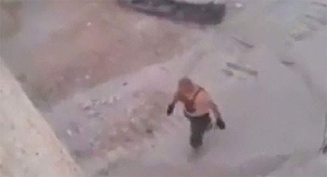 بالفيديو؛ لحظة استسلام داعشي مصري لأكراد عين العرب