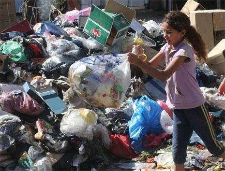 المناطق للعاصمة: أبعدوا وسخكم عنا!/  نفايات بيروت والضاحية: من تحت الدلفة لتحت المزراب!