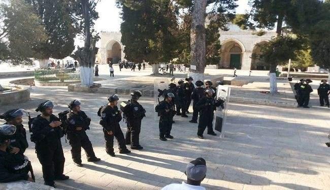 قوات الاحتلال تقتحم الاقصى وتهاجم المصلين بالقنابل