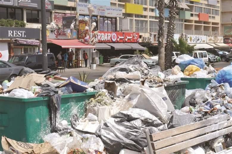 أزمة النفايات تضرب القطاع السياحي والأسواق التجارية