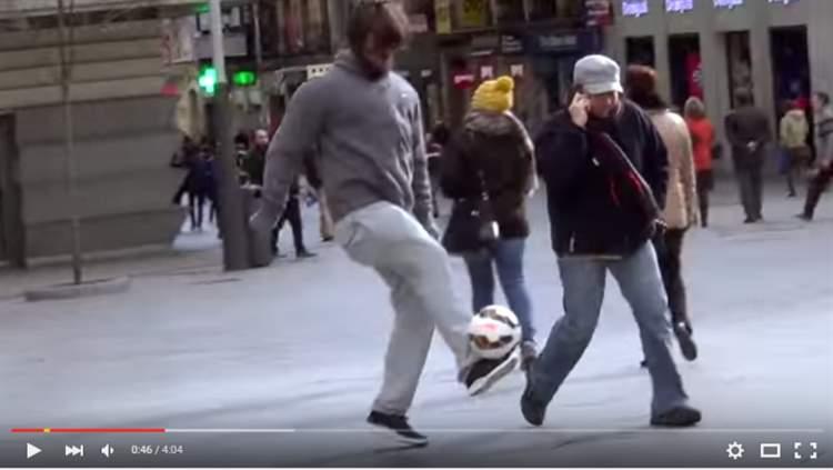 بالفيديو..كريستيانو رونالدو يتنكر بزي متشرد ويفاجئ المارة بشوارع مدريد!