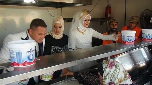 تركيان يحتفلان بزواجهما مع 4000 لاجئ سوري