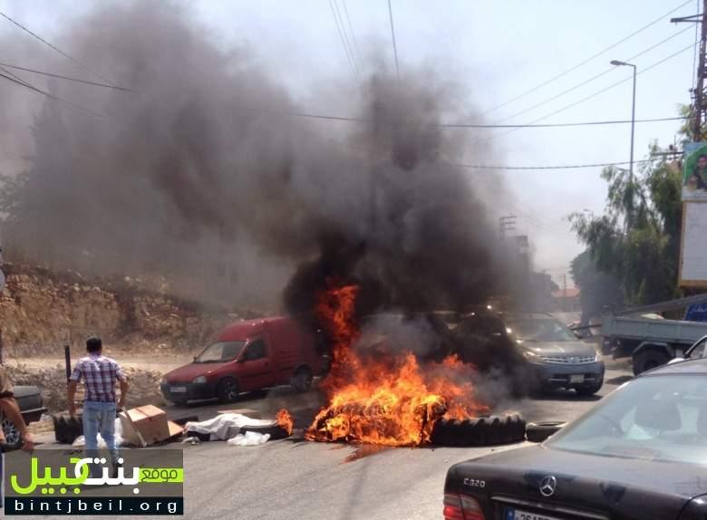 بالصور/  قطع طريق عام السلطانية بئر السلاسل احتجاجا على انقطاع التيار الكهربائي