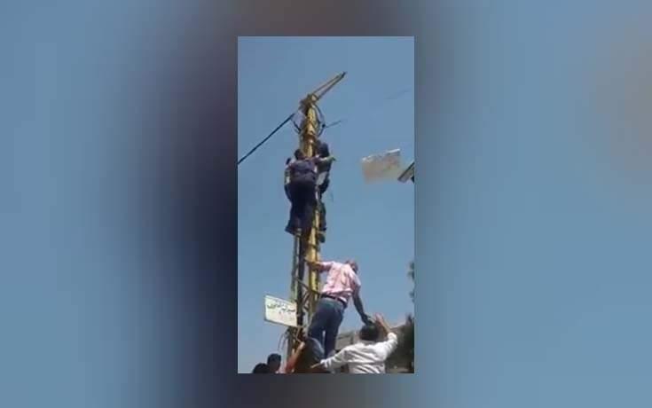 بالفيديو: شاب يحاول الانتحار امام وزارة الشؤون الاجتماعية