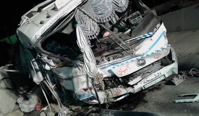 بالصور.. 3 قتلى و16 جريحا في تدهور باص على طريق المصنع