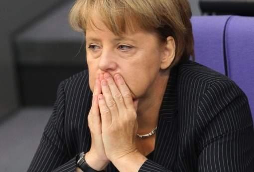ميركل تتعرض للانتقاد بعد تغيير موقفها في قضية اللاجئين