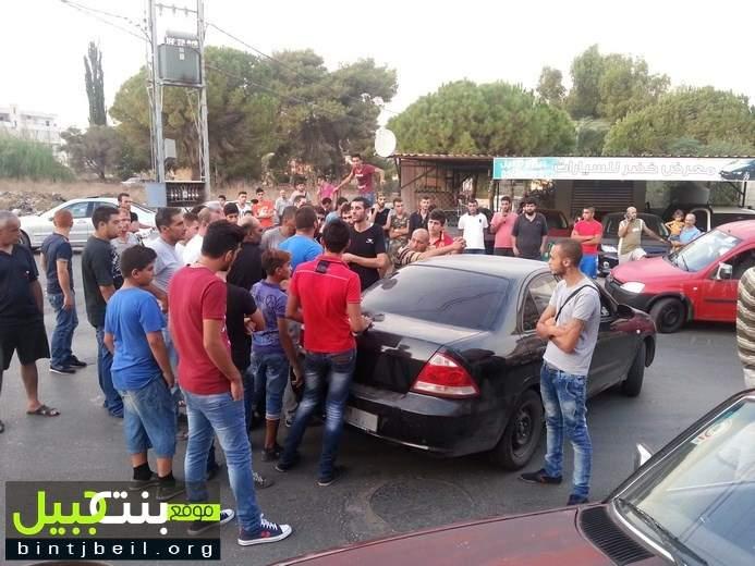 قطع طريق الدوير النبطية احتجاجا على الحكم في حق قاتل الرقيب حسين قانصو