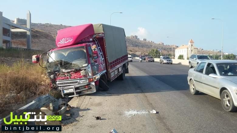 تدهور بيك اب على اوتوستراد الدامور - بيروت واصابة سائقه بجروح متوسطة