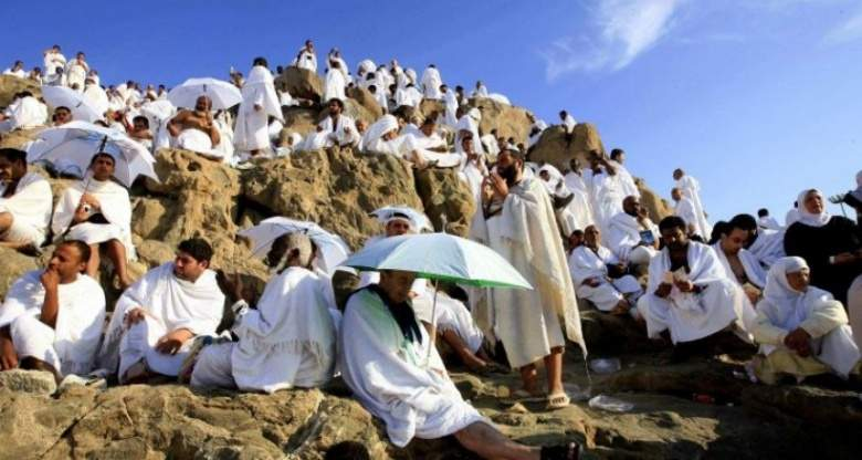 حجاج بيت الله يتوافدون الي عرفات لأداء الركن الأعظم من الحج