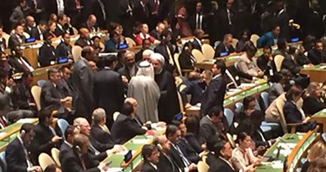 بالصور.. أمير الكويت يتوجه لمكان جلوس رئيس إيران بالأمم المتحدة ويحييه