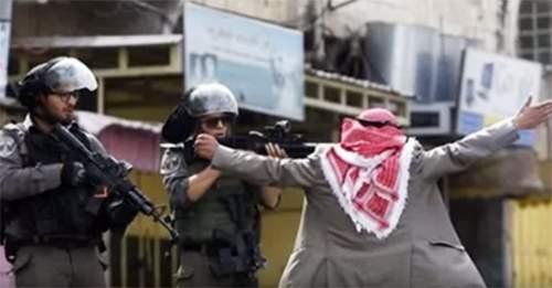 مسن فلسطيني يتصدى بجسده لجنود الاحتلال و الاحتلال يرد بإطلاق النار عليه