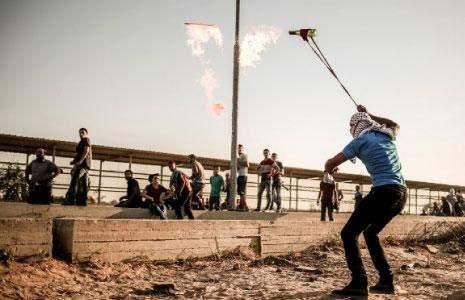 انتفاضة القدس مستمرة: عملية طعن وشهداء في الضفة وغزة/ مسيرات في «يوم الغضب» والعدو يهدد بهدم البيوت