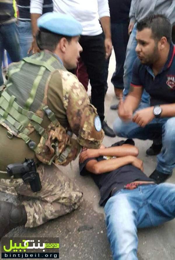 جندي إيطالي يقدم الإسعافات الأولية لشاب لبناني صدمته سيارة مجهولة