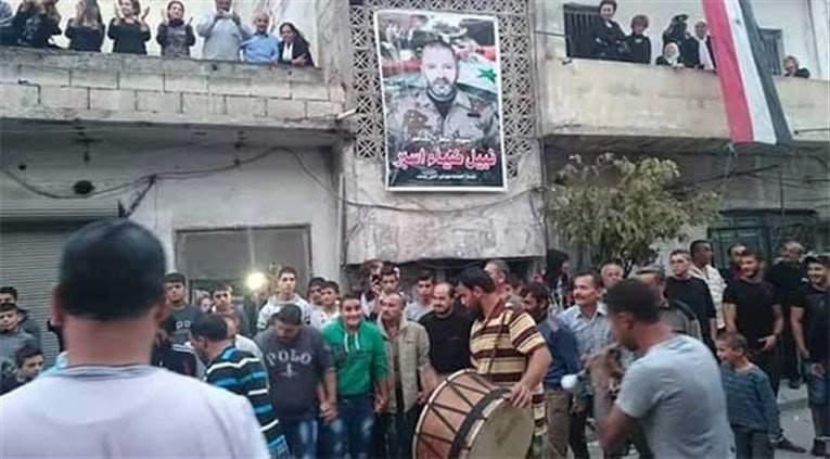 بالصور: عزاء جندي سوري يتحول من حزن إلى فرح