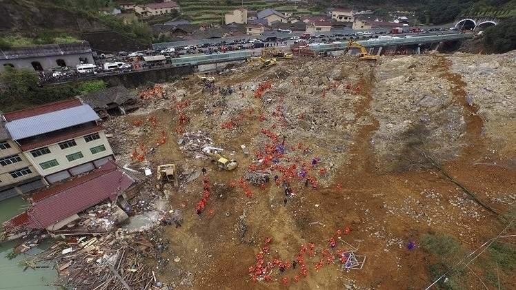 مصرع 16 شخصا بانهيار أرضي شرق الصين