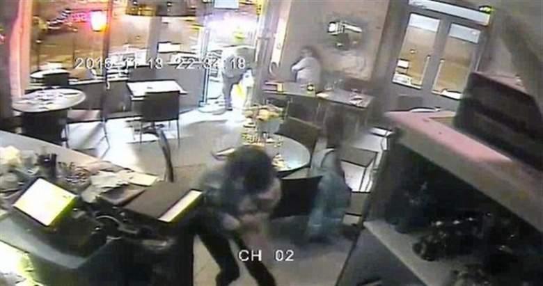 فيديو ينشر لأول مرّة.. اللحظات الأولى للهجوم الإرهابي على مقهى في باريس!