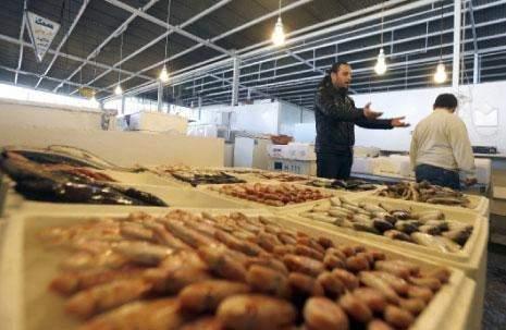 جبل النفايات يجاور سوق السمك: لا بديل