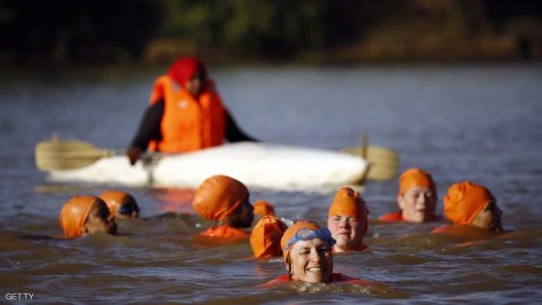 سفيرة هولندا تعبر النيل سباحة... بسبب رهان