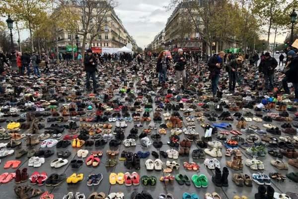 بالفيديو/ مظاهرة «أحذية» في باريس