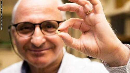 عالم مغربي يخترع شريحة تشحن بطارية الهاتف بعشر دقائق