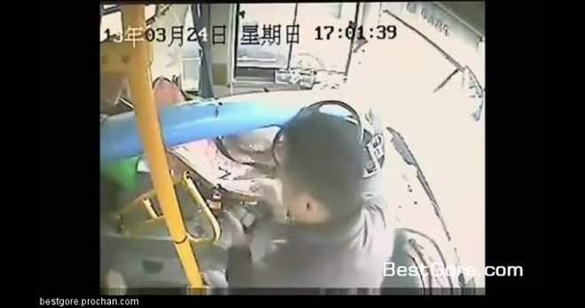فيديو| سائق حافلة يهرب من الموت بأعجوبة.!!