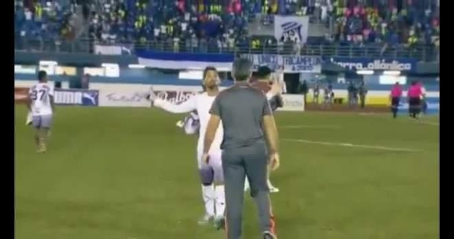 فيديو صادم .. لاعب يعتدي على مدربه بعد خسارة فريقه