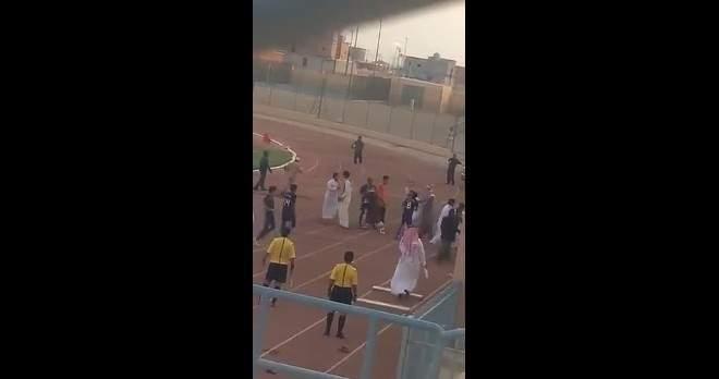 فيديو.. الفتك بلاعب سعودي من قبل جماهير الخصم