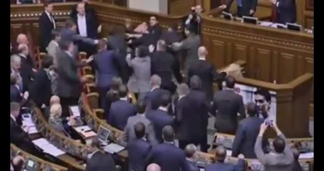 حدث غريب.. شاهد ما حدث لرئيس الوزراء الأوكراني في البرلمان