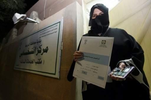 بدء أول انتخابات يتاح للنساء المشاركة فيها في السعودية
