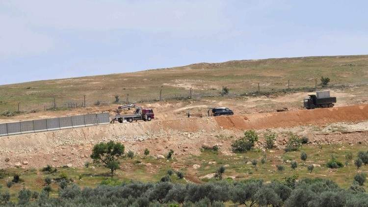 تركيا تبني جداراً على الحدود مع سوريا