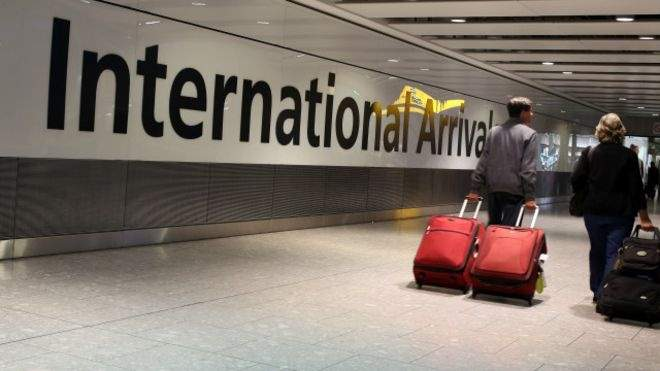 مسافر يثير الفزع في مطار هيثرو البريطاني بعد أن طعن نفسه في الرأس