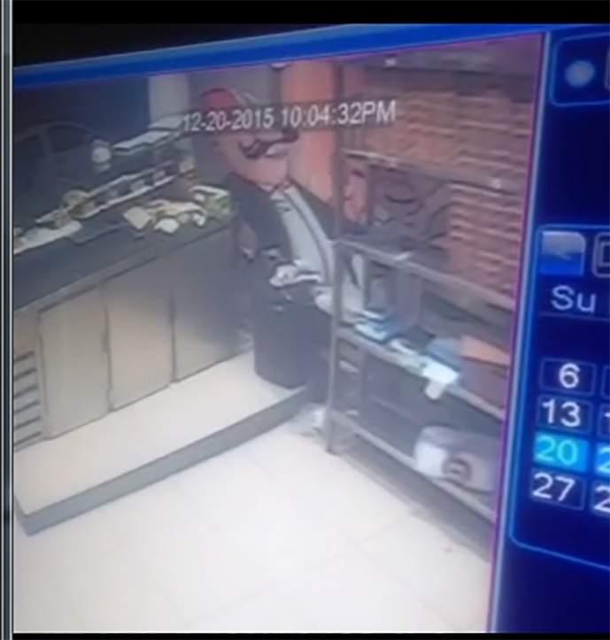 بالفيديو  / من جديد.. لصوص يسرقون صناديق التبرعات الخاصة بالايتام من المحلات التجارية