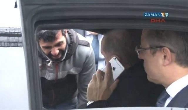 بالفيديو.. أردوغان ينقذ رجلاً من الانتحار