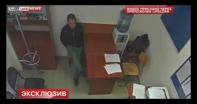 بالفيديو... ماذا فعل لص مع ضابط يجري معه تحقيق؟