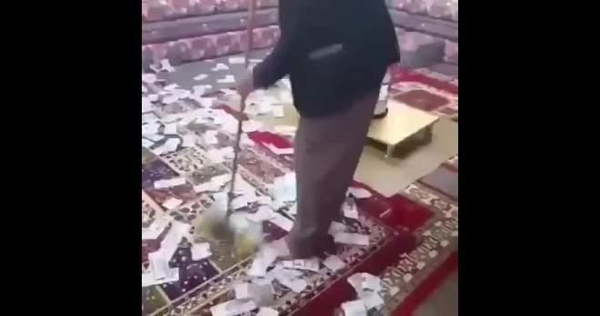 فيديو مُستَنكر.. سعودي يتباهى بكنس أموال طائلة مُلقاة على الأرض