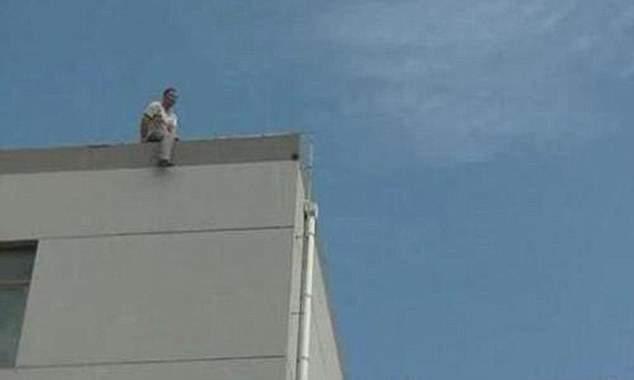 بالفيديو/ أراد الإنتحار فأصيب بضربة شمس!