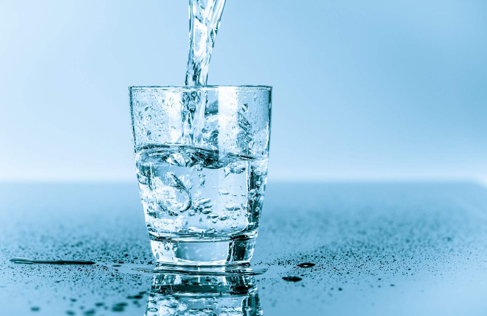 اشربوا الماء على الريق...و اليكم الفوائد المذهلة