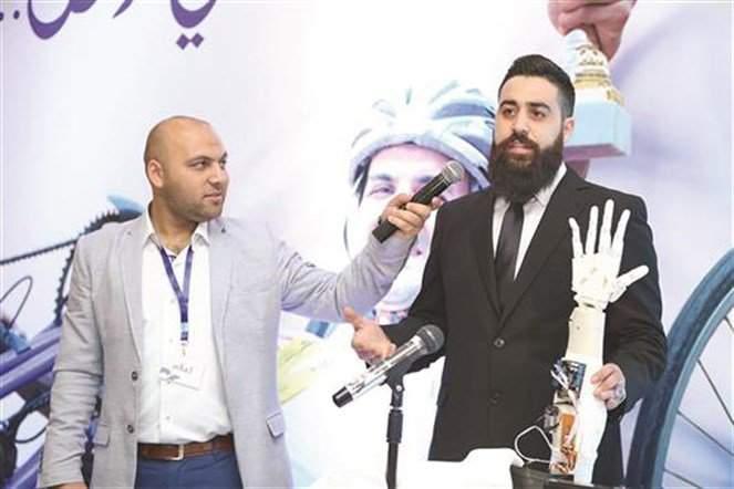 لبناني يبتكر يداً اصطناعية إلكترونية.. من أجل صديقه!
