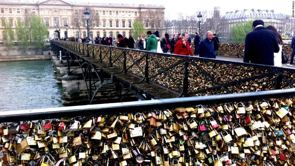 """باريس تطلق حملة ضد """"أقفال الحب"""" على جسورها"""