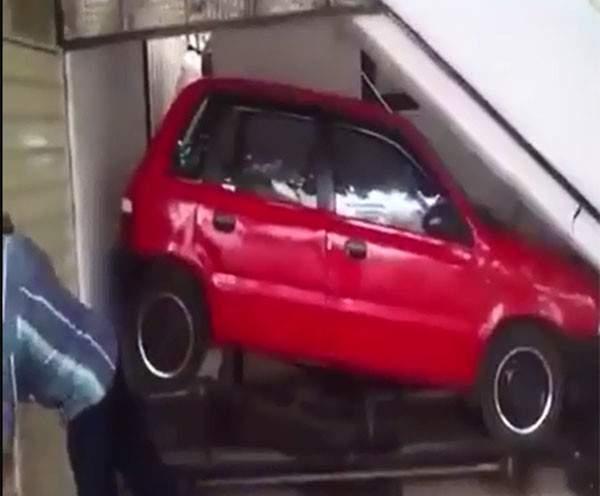 """بالفيديو: شاهدوا أغرب """"باركينغ"""" سيارات في العالم"""