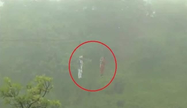 بالفيديو/ عروسان معلقان على ارتفاع 90 مترا!