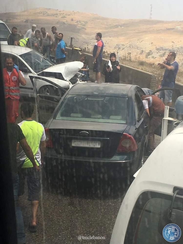 بالصورة/ 4 جرحى نتيجة تصادم بين سيارتين على طريق ضهر البيدر