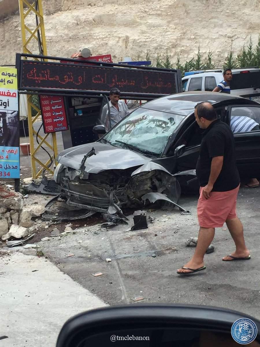 بالصورة/ جريحان نتيجة اصطدام سيارة بعامود كهربائي على طريق عام بلدة كفردجال قعقعية الجسر
