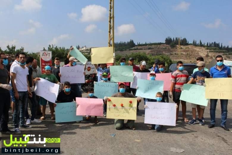 شباب طيردبّا يعتصمون رفضاً لاستحداث مطامر على مداخل البلدة