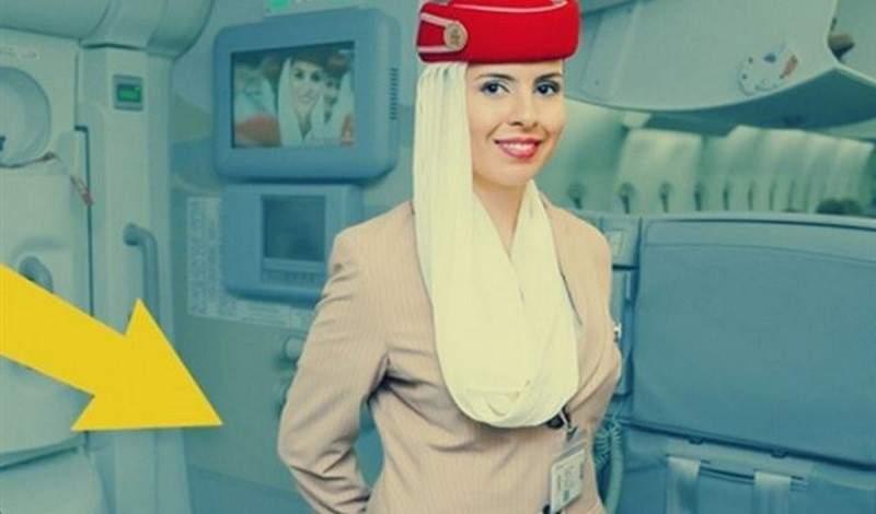 لماذا تضع المضيفات أيديهن خلف ظهورهن عند استقبال المسافرين؟