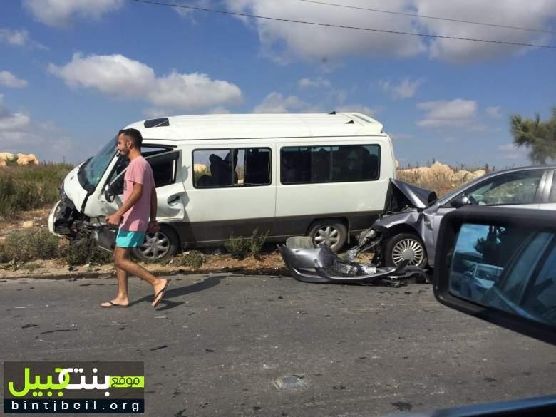بالصورة / جرحى بحادث سير مروع في على طريق عام برج رحال و عجقة سير في المكان